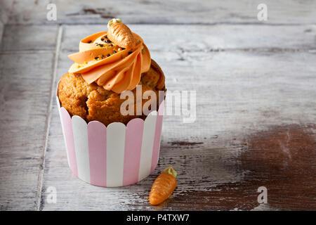 Carotte cup cake garni de sucre, nappage et carotte en massepain Banque D'Images
