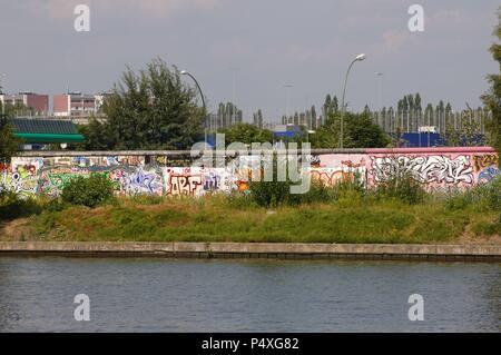L'Allemagne. Berlin. East Side Gallery. Une partie du mur de Berlin, dans le centre-ville, couverts de fresques par des artistes du monde entier. Musée de plein air important déclaré Monument National (1991). Premièrement, la Spree. Banque D'Images