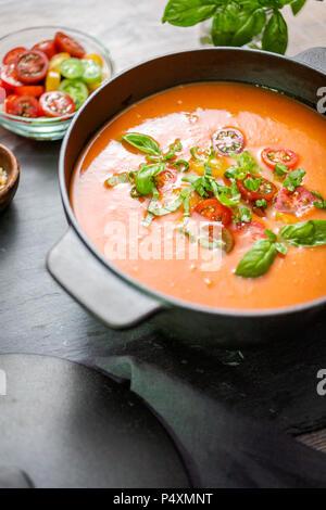 Soupe aux tomates rôties en fonte marmite. Banque D'Images