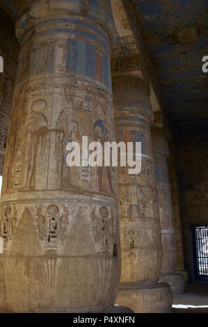 Temple de Ramsès III. Colonnes décorées de reliefs polychromé. Nouveau Royaume. (1550-1069 b.C). Vingtième dynastie. Thèbes. Medinet-Habou. L'Égypte. Banque D'Images