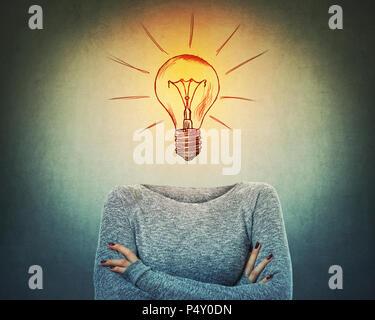 Image surréaliste comme une femme sérieuse avec une ampoule au lieu de se tenir la tête avec les mains croisées. Personne incognito avec face cachée a une solution à tous les problèmes Banque D'Images