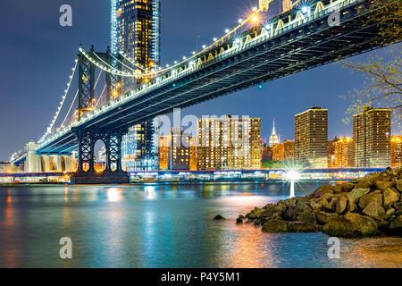Pont de Manhattan by night Banque D'Images