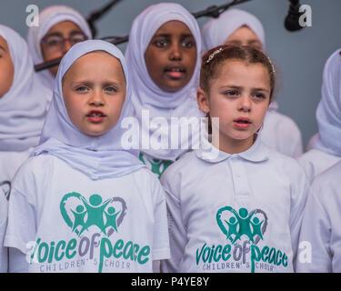 Londres, Royaume-Uni. 23 juin 2018. Voix de la paix Chorale pour enfants - 13e Festival de l'aïd sur Trafalgar Square pour célébrer la fin du Ramadan. Crédit: Guy Bell/Alamy Live News