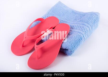 Sandale rose flip flop sur serviette bleu et fond blanc. Les vacances d'concept, Close up Banque D'Images