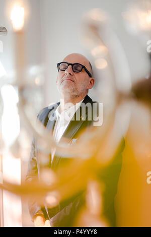 Portrait of a senior man leaning on wall, au repos, les yeux fermés Banque D'Images