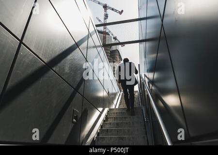 Businessman walking on escalier dans la ville Banque D'Images