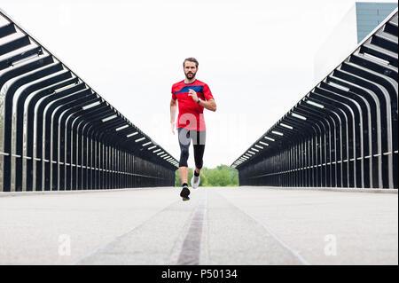 Homme qui court sur un pont Banque D'Images