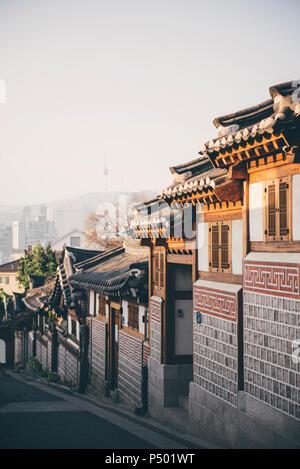 La Corée du Sud, le village de Bukchon Hanok, rue avec des maisons traditionnelles, Tour de Séoul à l'arrière-plan Banque D'Images