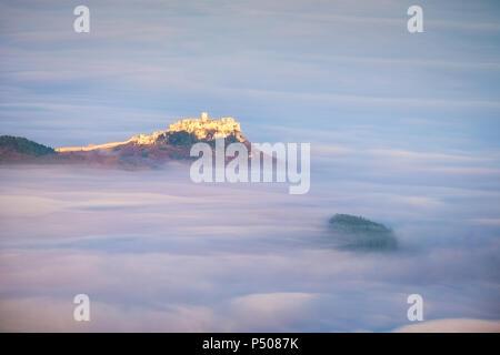 Vue panoramique du château de Spis au lever du soleil dans un style de rêve au-dessus des nuages, Spisske Podhradie, Slovaquie Banque D'Images