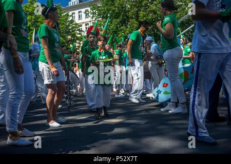 La street parade est le point culminant du Carnaval des cultures au cours de la Pentecôte week-end à Berlin. Banque D'Images