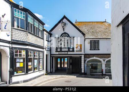 LYME REGIS, dans le Dorset, UK, 14Nov 2018: l'intersection de la rue de l'Église et de la rue Bridge forme un virage serré en entrant dans la ville de Lyme Regis. Banque D'Images