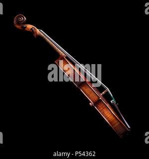 Vue latérale d'un violon baroque isolé sur fond noir Banque D'Images