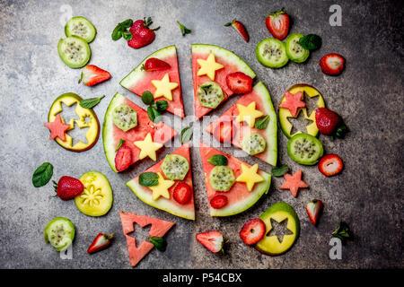 Pizza aux fruits. Thon à la mangue melon et petits fruits pizza. vue d'en haut. Banque D'Images