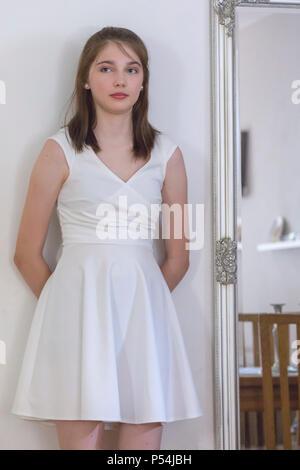 Belle et très jolie jeune fille à sa 9e année l'obtention du diplôme le dîner, danse et party Banque D'Images