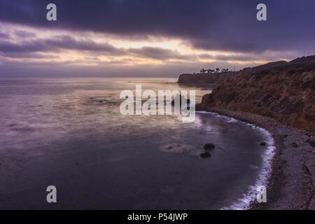 Superbe vue sur le littoral de falaises escarpées de Pelican Cove avec ciel dramatique après le coucher du soleil à partir de la piste de Terranea, Rancho Palos Verdes, California Banque D'Images