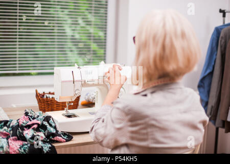 Femme adulte est dans son atelier de couture. Banque D'Images