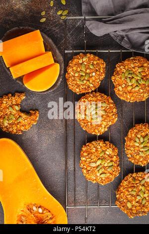 L'avoine vegan pumpkin cookies du four sur fond sombre, halloween, automne alimentaire, des aliments végétaliens concept.