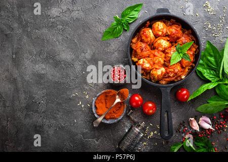 Les boulettes de viande. Des boulettes de viande en sauce tomate avec la carotte et l'oignon Banque D'Images