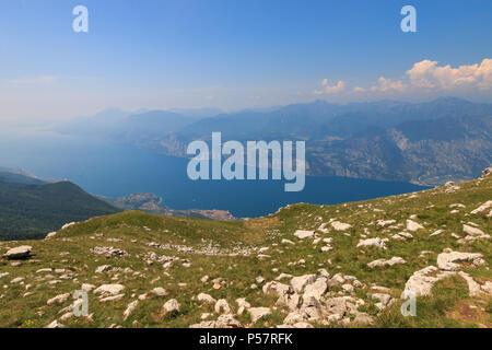 Vue panoramique sur le lac de Garde du paysage haut de Monte Baldo Banque D'Images
