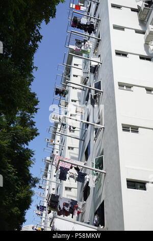 Blanchisserie séchage suspendu à mâts de HDB flats à Singapour Banque D'Images