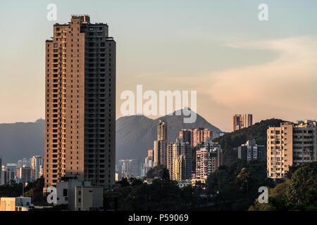 Coucher de soleil sur grand vacances tour à Happy Valley, à l'île de Hong Kong avec des pics dans le dos de Kowloon à Hong Kong, Chine Banque D'Images