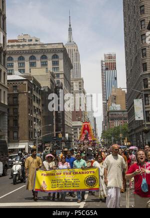 Des milliers de personnes remplir 5e Avenue à Manhattan pour le 'Festival des chars.' 'Ratha-Yatra, ou le Festival des chars, est un événement célébré depuis des milliers d'années dans la ville sainte de Catherine Berdonneau Puri, et plus récemment par les dévots Hare Krishna dans les villes à travers le monde.