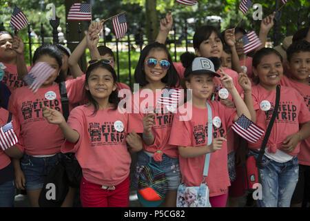 Les enfants de l'école publique de mars dans le sud de Manhattan le long de Broadway à l'assemblée annuelle du drapeau patriotique Day Parade à New York. 4e année de P.S. 140 Queens en mars dans la parade. Banque D'Images