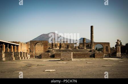 Un matin ensoleillé dans le forum vide de l'antique Pompéi, Italie à l'ombre du Vésuve Banque D'Images