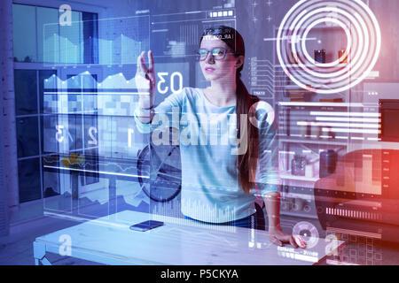Développeur web attentif en touchant l'écran avec soin et à les Banque D'Images