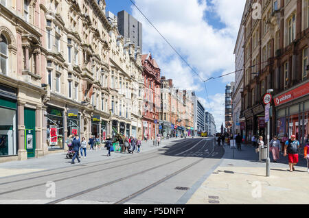 Les voies de tramway fonctionnant jusqu'Corporation Street dans le centre de Birmingham Banque D'Images