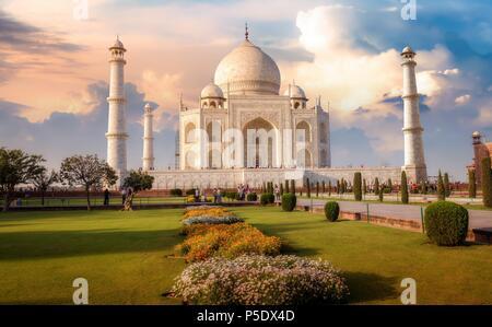 Agra Taj Mahal au coucher du soleil avec moody sky. Site du patrimoine mondial de l'UNESCO. Banque D'Images