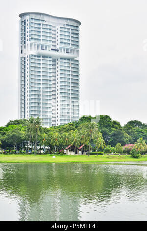 Singapour. Le Riverside condominium Kallang, donnant sur la rivière Kallang. Un bon exemple de vie résidentielle de luxe entouré de verdure. Banque D'Images