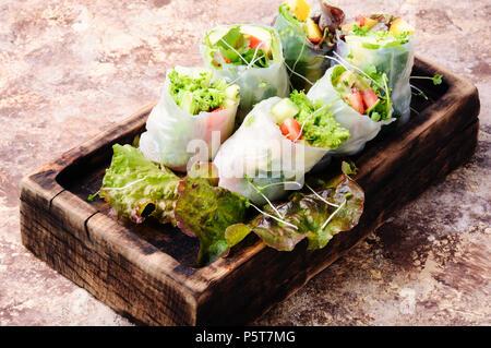 Un assortiment de rouleaux de printemps d'Asie avec légumes et laitue Banque D'Images