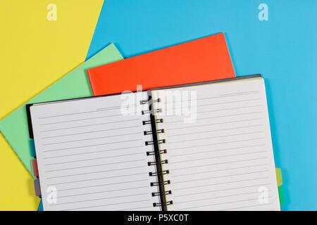 Ordinateur portable ordinateurs portables ouverts et colorés sur fond bleu Banque D'Images