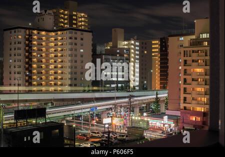 Esaka, JAPON - 22 novembre 2015: immeubles à appartements de grand quartier de banlieue d'Osaka de nuit Banque D'Images