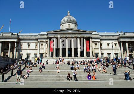 Londres, Royaume-Uni, 27 Juin 2018 National Gallery avant. Soleil de midi à Trafalgar Square. Credit: JOHNNY ARMSTEAD/Alamy Live News Banque D'Images