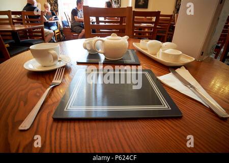 Mise en place d'un café à l'ancienne salle de thé Keswick Cumbria Lake District Angleterre UK