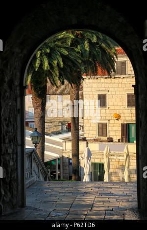 Voir par Kopnena Vrata (Land Gate) dans la vieille ville de Korcula, Croatie. Korcula est une ville historique fortifiée protégée sur la côte est de l'île de Banque D'Images