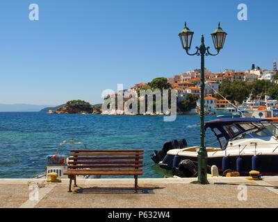 Banc en bois et lampe de rue sur la promenade de Skiathos, Grèce Banque D'Images