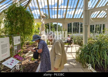 Les personnes qui visitent les jardins de Kew dans l'Europe, nouvellement restauré maison qui est maintenant rouvert aux visiteurs après un an 5 Projet de restauration en mai 2018 Banque D'Images