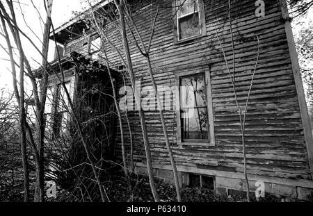 Ancienne maison de ferme abandonnée dans Lenawee comté du Michigan. Pris dans l'hiver. a a été connu pour être hantée. Banque D'Images