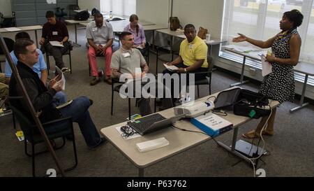 Terri Lee (à droite), une formation appliquée en techniques d'intervention face au suicide (ASIST) avec le soutien de l'instructeur 430E (commande) expéditionnaire, dirige une petite discussion de groupe sur les signes subtils de suicide pendant un Problème ASIST et demander, de soins, d'escorte - atelier d'intervention en cas de suicide mené du 15 au 17 avril 2016, à Orlando, en Floride plus de 25 soldats de l'armée et les civils affectés à la 143e commande soutien expéditionnaire () ont assisté à cet atelier de trois jours pour apprendre à identifier les personnes présentant des comportements suicidaires et de fournir immédiatement des soins de compassion encore par un testés scientifiquement, t Banque D'Images