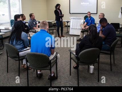 Kimoy Willis (centre), une formation appliquée en techniques d'intervention face au suicide (ASIST) avec le quartier-maître instructeur 457e compagnie dirige une petite discussion de groupe sur les signes subtils de suicide au cours d'un atelier ASIST a effectué du 15 au 17 avril 2016, à Orlando, en Floride plus de 25 soldats de l'armée et les civils affectés à la 143e commande soutien expéditionnaire () ont participé à cet atelier de trois jours pour apprendre à utiliser des outils et des méthodes scientifiquement éprouvées et de fournir immédiatement des soins de compassion aux personnes encore envisagent le suicide. (U.S. Photo de l'armée par le Sgt. John L. Carkeet IV, 143 Banque D'Images