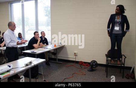 """Le sergent de l'armée. Le major Harry Rodriguez (à gauche), conseiller en gestion financière, gestion financière 398th Support Centre, tente de dissuader les Kimoy Willis (à droite), une formation appliquée en techniques d'intervention face au suicide (ASIST) avec le quartier-maître instructeur 457e compagnie, de sauter un """"pont"""" au cours d'un scénario de jeu de rôle ASIST session réalisée le 16 avril 2016 à Orlando, en Floride, l'ASIST présentations audio-visuelles, des discussions en petits groupes, les scénarios de jeu de rôle et d'autres activités interactives a abouti à un atelier de trois jours qui a introduit 27 soldats et civils affectés à la 143e le maintien en puissance C Banque D'Images"""