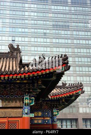 Contraste entre l'ancien bâtiment de temple traditionnel et les nouveaux bureaux de grande hauteur dans quartier financier de Beijing 2009 Banque D'Images