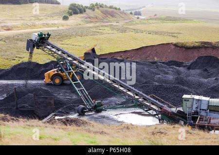 Un convoyeur à bande qui prend du charbon de l'Glentaggart mine de charbon à ciel ouvert une route pour la tête, le transport par route dans le Lanarkshire, Écosse, Royaume-Uni. Comme Banque D'Images