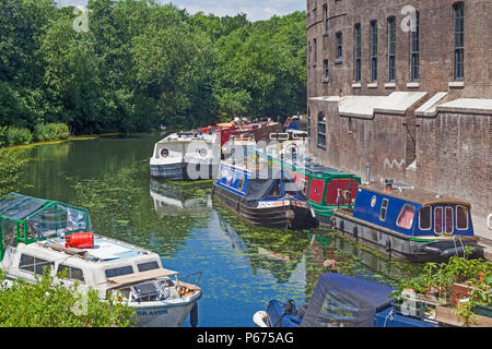 London Borough of Camden, Houseboats sur une rive de la Regent's Canal, à un jet de pierre de la gare de King's Cross Banque D'Images