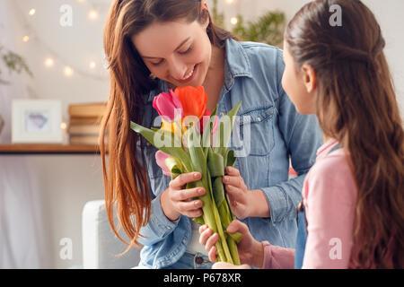 7fe22facbbe45 Petit enfant qui sent les tulipes sur la fleur lit dans un beau jour ...