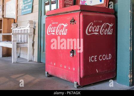 Vintage Ice Cold Coca-Cola refroidisseur sur le porche avant de Betty's Country Store dans les Blue Ridge Mountains à Helen, la Géorgie. (USA)
