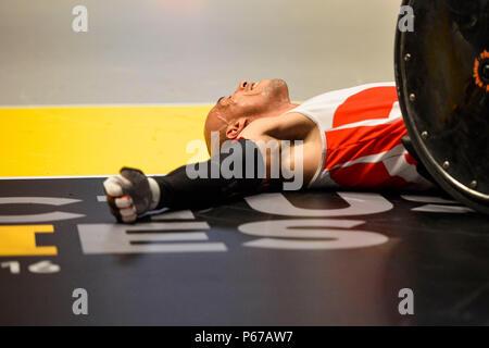 160511-F-WU507-106: Après avoir pris un gros coup, un athlète de l'Équipe Danemark fixe et attend l'aide pour son fauteuil, debout pendant la nous contre le Danemark de basket-ball en fauteuil or métallique match à la 2016 Invictus, au Jeux ESPN Wide World of Sports à Walt Disney World, Orlando, Floride, le 11 mai 2016. La battre le Danemark 28-19, et a remporté l'or; le Danemark a pris l'argent et le bronze est allé au Royaume-Uni, qui a battu l'Australie 47-4. (U.S. Photo de l'Armée de l'air par le conseiller-maître Sgt. Kevin Wallace/libérés) Banque D'Images